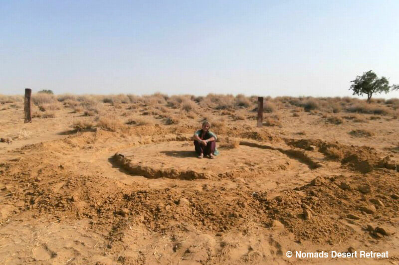 nomads-desert-retreat-digging-first-hut